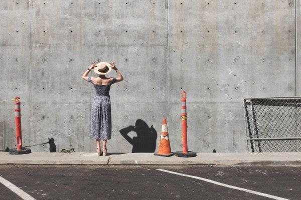 Arbeidsongeschikte vrouw met fibromyalgie voor hoge muur UWV